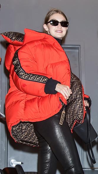Джиджи Хадид показывает, с чем носить красный пуховик этой осенью (фото 2)