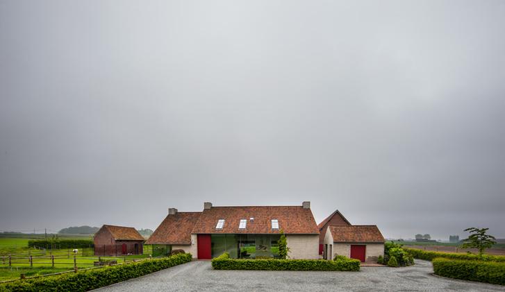 Винсент ван Дуйсен перестроил здание бывшей фермы. В процессе реконструкции архитектор остеклил фрагменты наружных стен и врезал в кровлю дополнительные слуховые окна* для освещения спален.