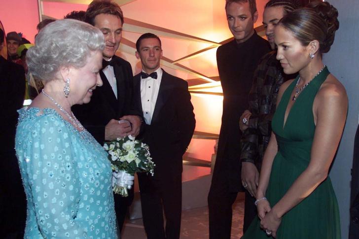 Что звезды надевали на встречу с королевой Елизаветой II? (фото 20)