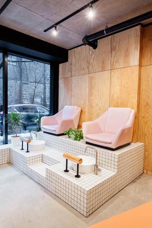 Стиль лофт и колонна: салон красоты в Монреале (фото 6.2)
