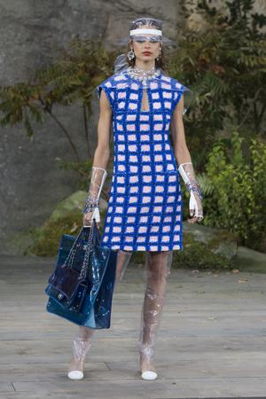 Показ Chanel коллекции сезона Весна-лето 2018 года Prêt-à-porter - www.elle.ru - Подиум - фото 659561