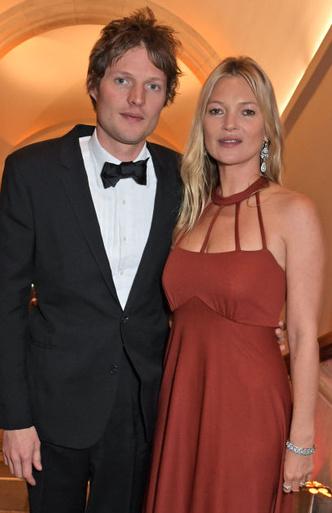 Супруги Бекхэм и другие знаменитости на ужине в Лондоне (фото 2.2)