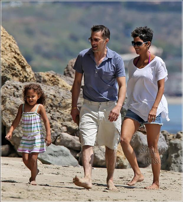 Холли Берри с дочерью Налой и Оливье Мартинесом