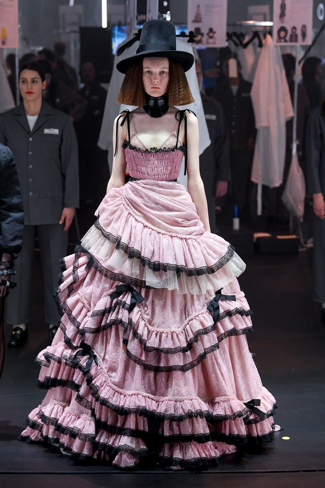 Мастера Gucci дошивали одежду прямо на показе (фото 10.2)
