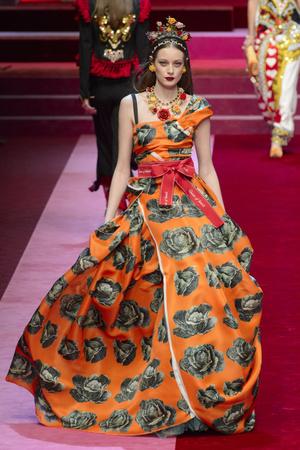 Показ Dolce & Gabbana коллекции сезона Весна-лето 2018 года Prêt-à-porter - www.elle.ru - Подиум - фото 640611