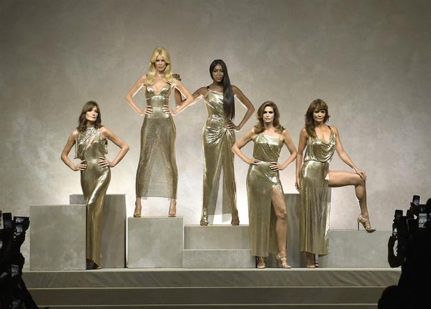 Фото дня: пять главных супермоделей 90-х на показе Versace фото [2]