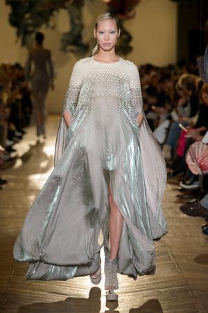 Показ Iris van Herpen коллекции сезона Весна-лето 2018 года Haute couture - www.elle.ru - Подиум - фото 672641