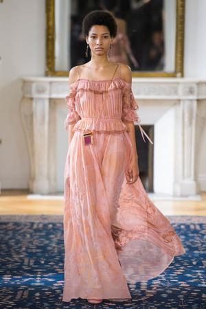 Показы мод Valentino Весна-лето  2017 | Подиум на ELLE - Подиум - фото 4733
