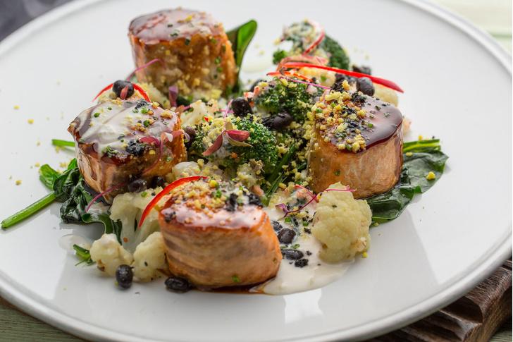 Лосось с теплым салатом из брокколи и цветной капусты