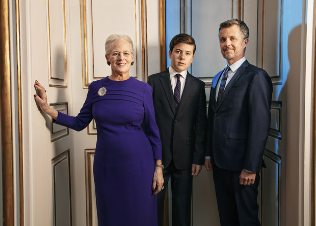 Три поколения одной семьи: новые официальные портреты датской королевы Маргрете II и двух ее наследников (фото 4)