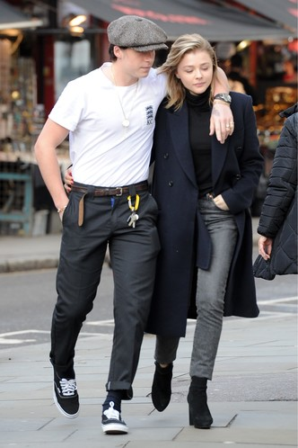 Фото дня: Хлоя Морец и Бруклин Бекхэм на прогулке в Лондоне (фото 3)