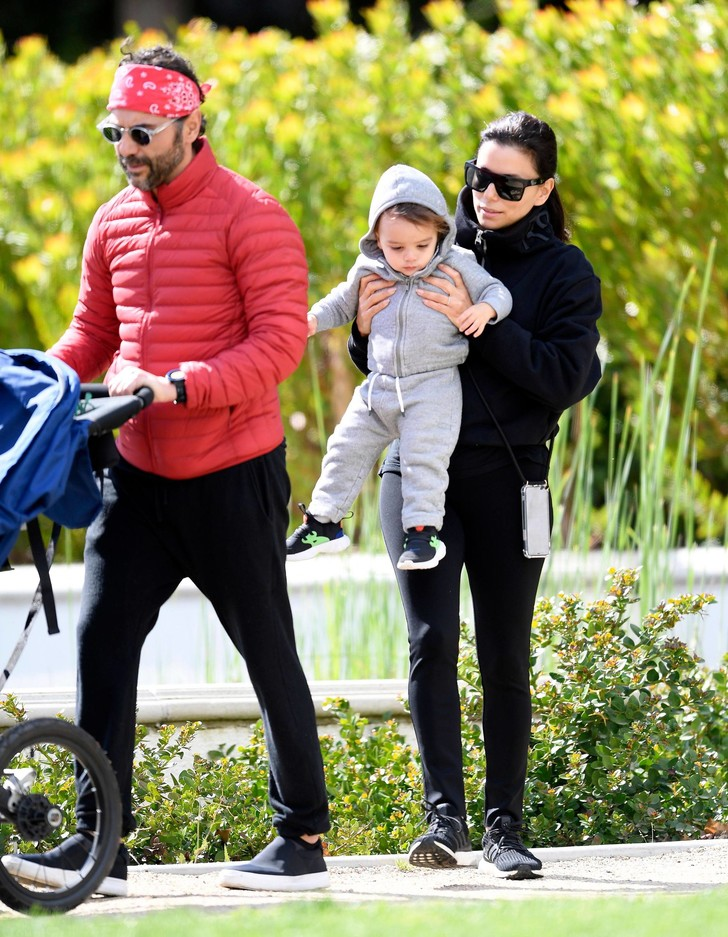 Семейная идиллия: Ева Лонгория на прогулке с мужем и ребенком (фото 1)