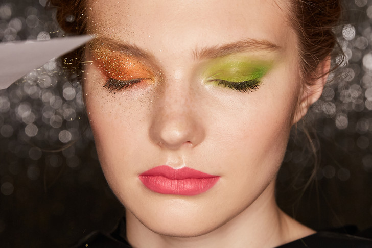 Поэтапная инструкция: 2 новогодних макияжа от визажистов Елены Крыгиной (фото 14)