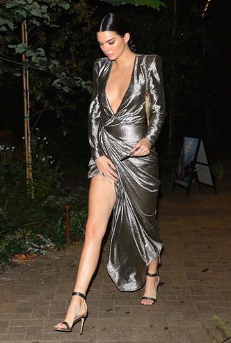 Само совершенство: Кендалл Дженнер в металлизированном платье Redemption фото [4]