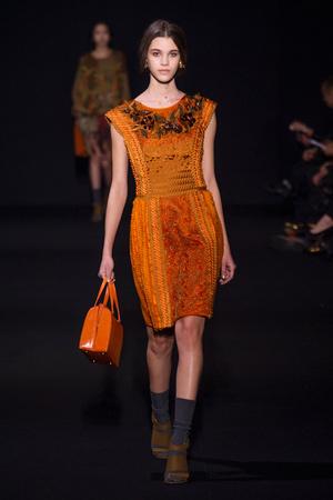 Показы мод Alberta Ferretti Осень-зима 2014-2015 | Подиум на ELLE - Подиум - фото 3916