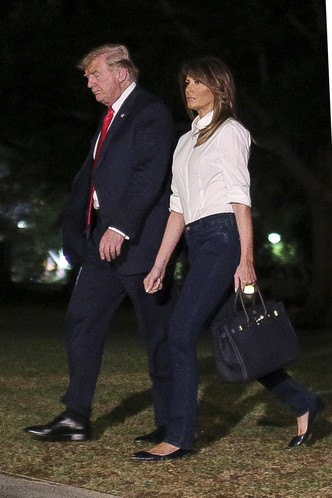 Повседневная классика: Мелания Трамп в белой рубашке и джинсах (фото 1)