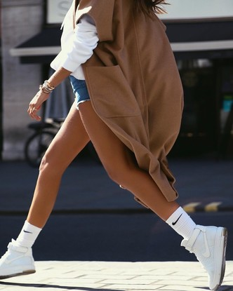 Как носить джинсовые шорты осенью? Попробуйте с пальто, как Изабель Гулар (фото 2.1)