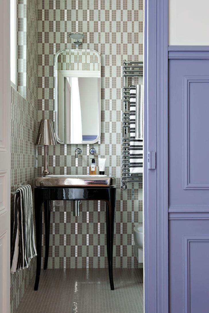 Ванная комната отделана стек-лянной мозаикой Alternance Grise, дизайн Андре Путман для Bisazza.