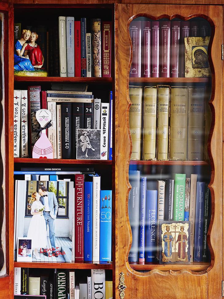 Фрагмент книжного шкафа