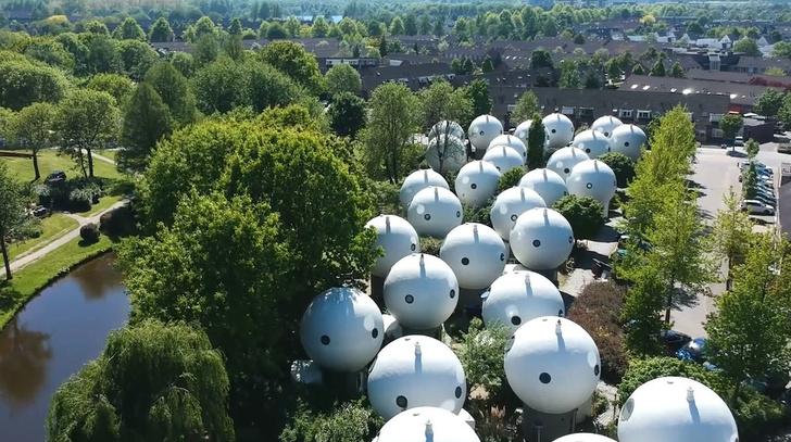 Bolwoningen: дома-шары в Нидерландах (фото 3)