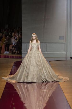 Показ Zuhair Murad коллекции сезона Осень-зима 2016-2017 года Haute couture - www.elle.ru - Подиум - фото 607328