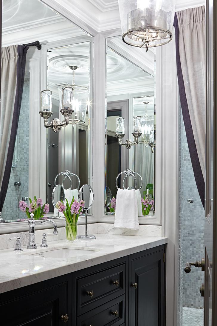 Фрагмент ванной комнаты. Тумба выполнена на заказ. Бра, Eichholtz. Люстра, Vaughan Design.