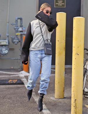 Джинсы-бойфренды + каблук: стильный и практичный образ от Хейли Бибер (фото 1.1)
