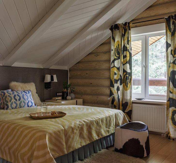 Спальня хозяев. Стеновые панели в изголовье кровати обиты тканью, Dedar. Пол – тонированный дуб.