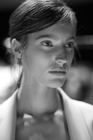 Самые красивые модели на бэкстейдже в Милане (фото 2.1)