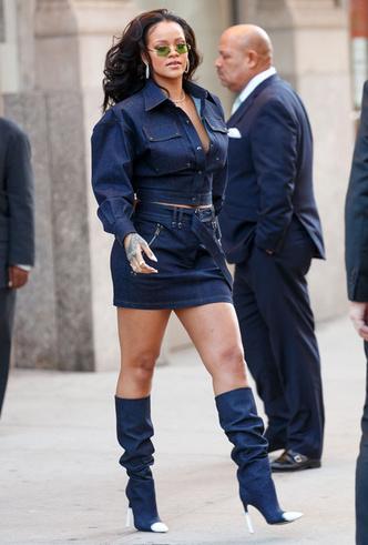 Образ дня: Рианна в джинсовом total look Tom Ford фото [2]