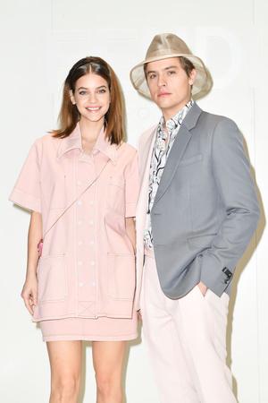 Сладкая парочка: Барбара Палвин и Дилан Спроус в костюмах цвета сахарной ваты (фото 0.2)