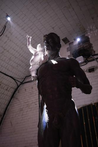 Инсталляция Олега Кулика в Крипте «Игры престолов» на Винзаводе (фото 2.2)
