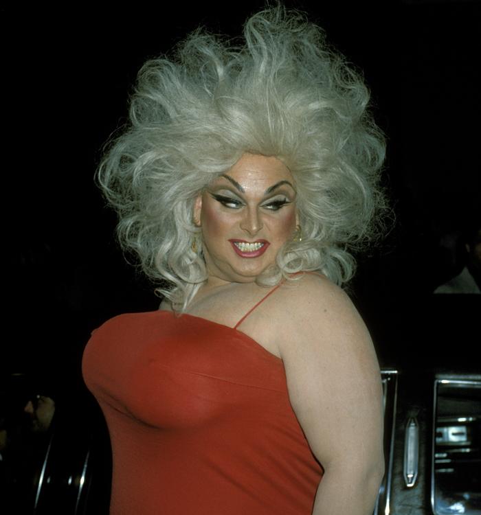 transvestitov-znamenitie-foto-klizmoy-popu