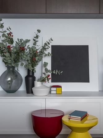Дитя заката: фламинго и другие яркие  решения в типовой квартире 55 м² (фото 1)