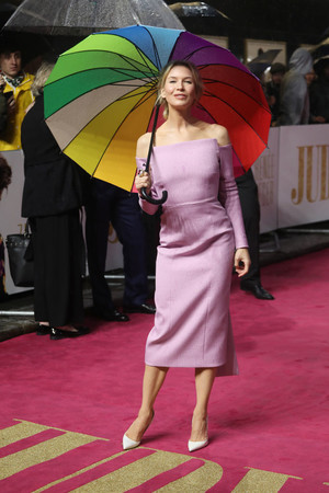 Маленькое розовое платье и белые лодочки: Рене Зеллвегер на премьере в Лондоне (фото 1.1)