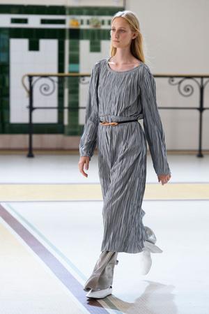 Показы мод Christophe Lemaire Весна-лето  2017 | Подиум на ELLE - Подиум - фото 4696