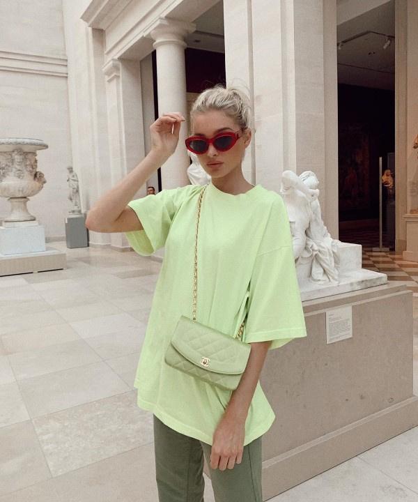 На все лето: 5 неоновых футболок как у Эльзы Хоск