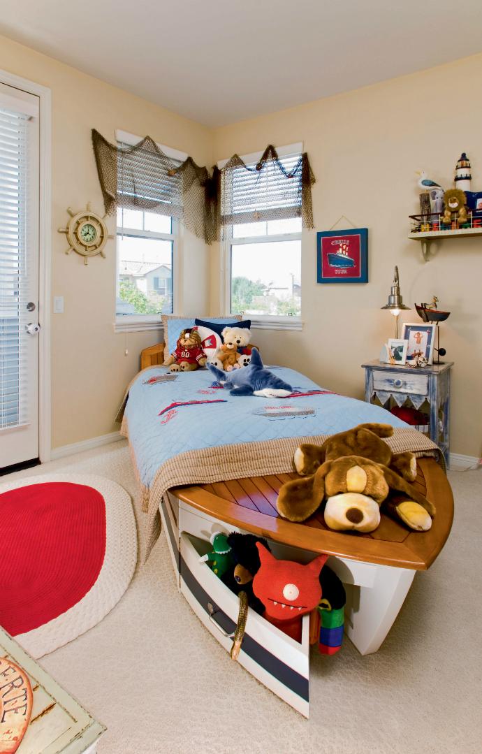 Кровать в виде лодки в детской комнате