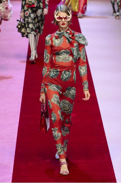 Dolce & Gabbana показали платья с апельсинами, игральными картами и канноли | галерея [1] фото [1]