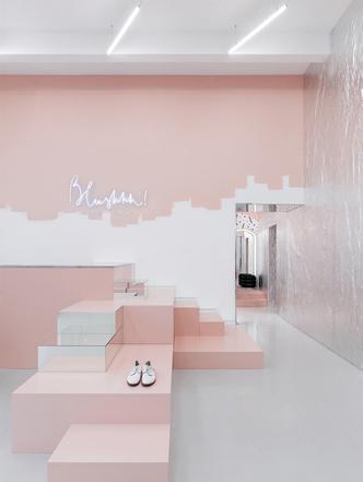 Яркая концепция в минималистичном дизайне в магазине от AKZ Architectura (фото 2)