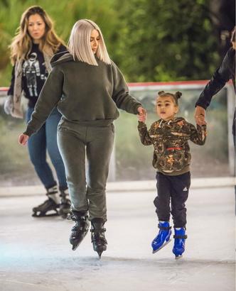 Фото дня: Ким Кардашьян с детьми в Калифорнии (фото 1)