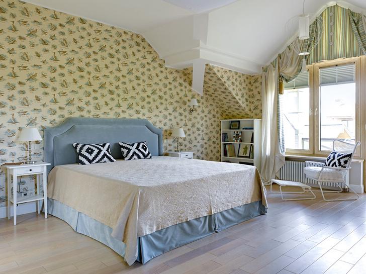 Спальня. Кровать, Softhouse. Cтеллаж, тумбочки, ИКЕА. Обои, Lewis & Wood. Светильники, Karman. Текстильное оформление окна, студия «Три дизайнера».