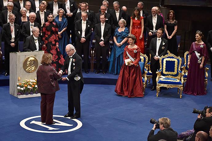 Король Швеции Карл XVI Густав вручает награду лауреату Нобелевской премии по литературе Светлане Алексиевич