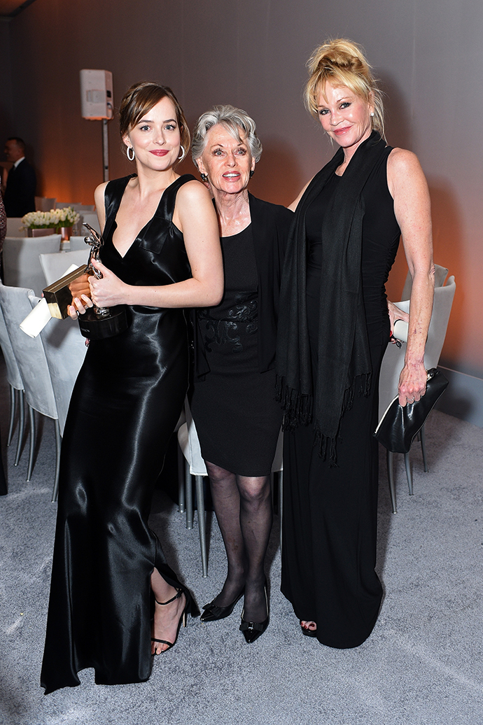 Дакота Джонсон с бабушкой и мамой