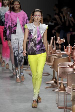 Показ Manish Arora коллекции сезона Весна-лето 2012 года prêt-à-porter - www.elle.ru - Подиум - фото 306659