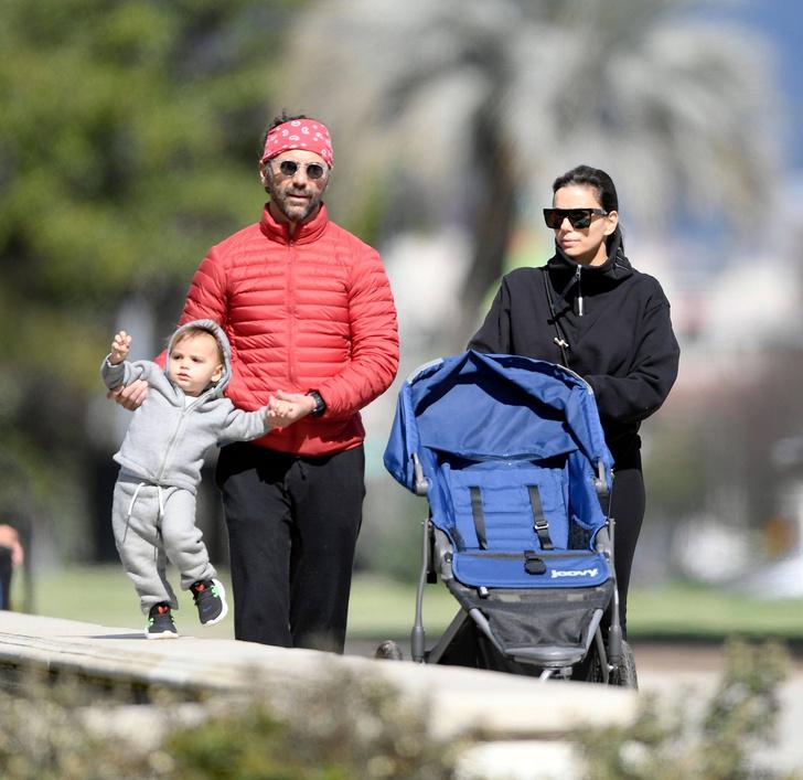 Семейная идиллия: Ева Лонгория на прогулке с мужем и ребенком (фото 3)