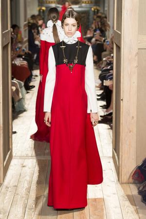 Показ Valentino коллекции сезона Осень-зима 2016-2017 года haute couture - www.elle.ru - Подиум - фото 607386