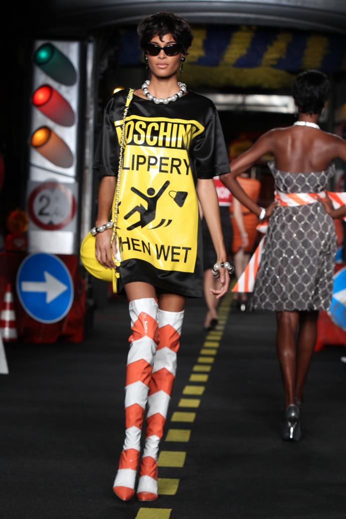 Закрыто на ремонт: показ весенне-летней коллекции Moschino на Неделе моды в Милане 2015