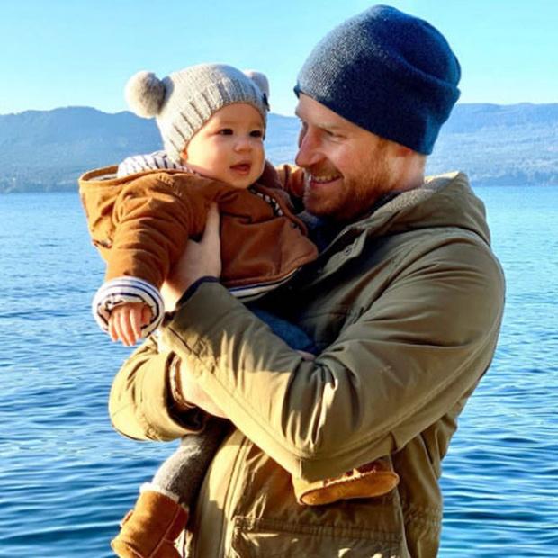 Фото №1 - 200 шапочек с помпонами: Меган Маркл и принц Гарри сделали сыну особенный подарок на день рождения