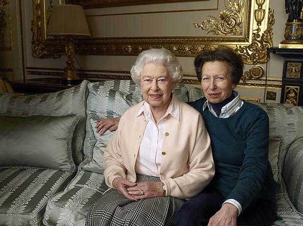 Елизавета II с принцессой Анной